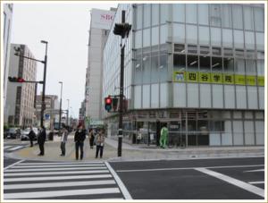②1つめの信号を渡り、そのまま次の信号まで直進します。右手の建物は駿河スカイタワーです。(1階はセブンイレブン南町店)