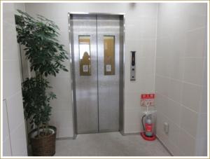 ⑨入口のロックが開きますので、扉を開けてエレベーターで7階までお上がりください。バラ柄のエレベーターです。